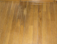 キッチンや洗面の床が水で黒ずんだ状態