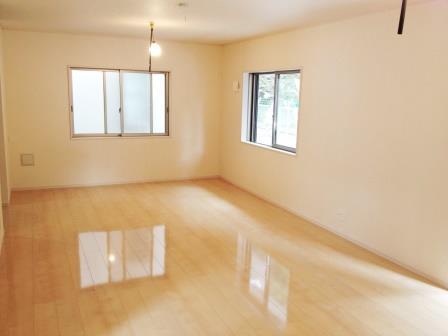 新築戸建物件アーネストワンへのUVフロアコーティング(床材:サンロードアート)
